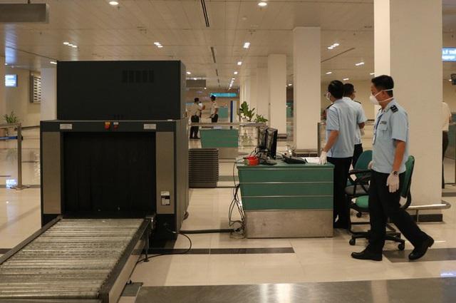 Đón chuyến bay về từ Hàn Quốc, Cần Thơ cách ly 9 người ngay tại sân bay - Ảnh 2.