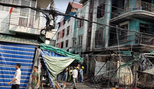Cháy lớn ở chợ Hạnh Thông Tây, 2 người liều mạng nhảy xuống đất thoát thân - Ảnh 2.