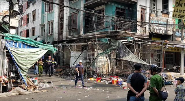 Cháy lớn ở chợ Hạnh Thông Tây, 2 người liều mạng nhảy xuống đất thoát thân - Ảnh 3.