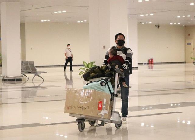 Đón chuyến bay về từ Hàn Quốc, Cần Thơ cách ly 9 người ngay tại sân bay - Ảnh 4.