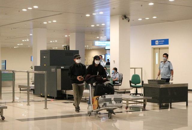 Đón chuyến bay về từ Hàn Quốc, Cần Thơ cách ly 9 người ngay tại sân bay - Ảnh 5.