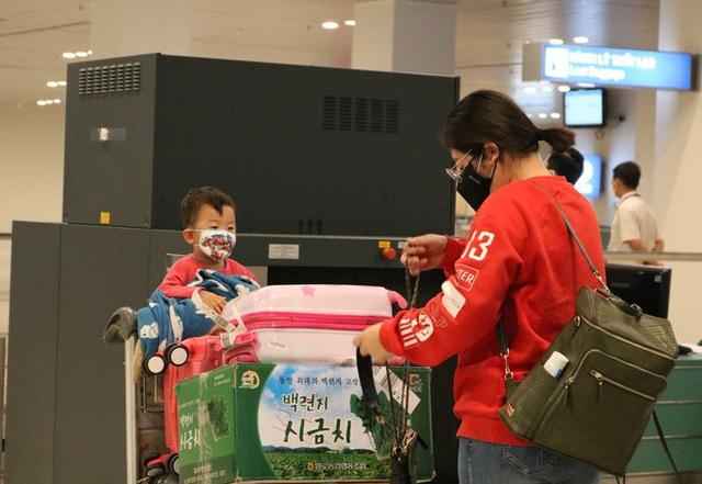 Đón chuyến bay về từ Hàn Quốc, Cần Thơ cách ly 9 người ngay tại sân bay - Ảnh 6.
