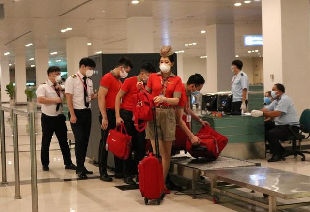 Đón chuyến bay về từ Hàn Quốc, Cần Thơ cách ly 9 người ngay tại sân bay - Ảnh 7.