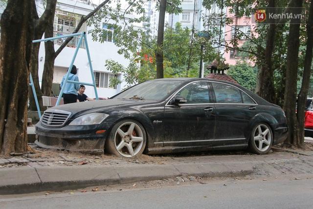 """Chùm ảnh: Siêu xe Bentley 20 tỷ nằm """"xếp xó"""" trên vỉa hè Hà Nội, hơn 5 năm qua không ai biết chủ nhân ở đâu - Ảnh 8."""