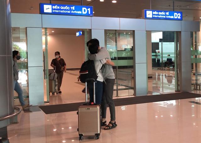 Đón chuyến bay về từ Hàn Quốc, Cần Thơ cách ly 9 người ngay tại sân bay - Ảnh 8.