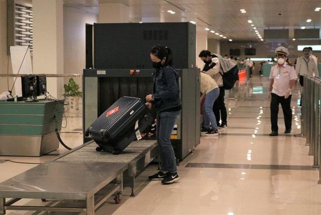 Đón chuyến bay về từ Hàn Quốc, Cần Thơ cách ly 9 người ngay tại sân bay - Ảnh 9.