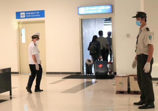 Đón chuyến bay về từ Hàn Quốc, Cần Thơ cách ly 9 người ngay tại sân bay - Ảnh 10.