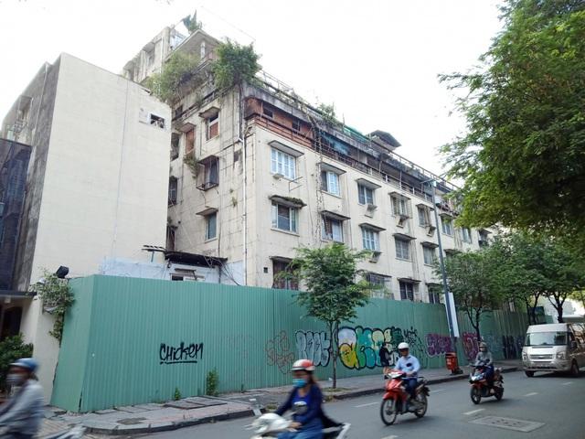 Đang tiến hành tháo dỡ chung cư cũ sắp sập ở Q.1, Tp.HCM - Ảnh 1.