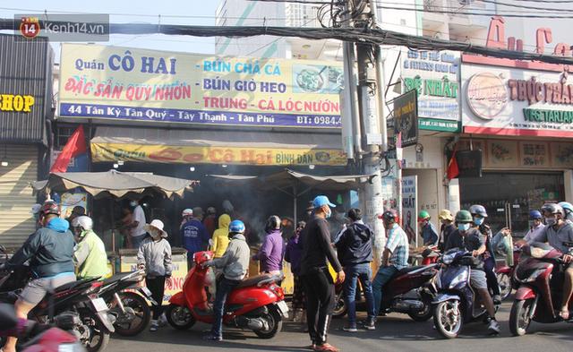 2.000 con cá lóc nướng bán sạch trong một buổi sáng, nhiều gia đình ở Sài Gòn kiếm tiền khủng trong ngày vía Thần tài - Ảnh 2.