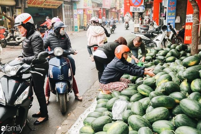 Sống đẹp như người Hà Nội: Dù đang căng thẳng dịch Corona nhưng vẫn đeo khẩu trang đi giải cứu dưa hấu của nông dân vì dịch bệnh mà không được xuất khẩu - Ảnh 2.