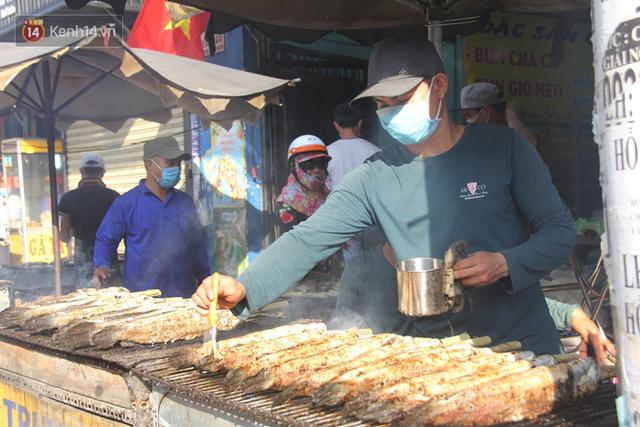 2.000 con cá lóc nướng bán sạch trong một buổi sáng, nhiều gia đình ở Sài Gòn kiếm tiền khủng trong ngày vía Thần tài - Ảnh 11.
