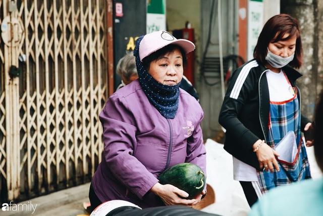 Sống đẹp như người Hà Nội: Dù đang căng thẳng dịch Corona nhưng vẫn đeo khẩu trang đi giải cứu dưa hấu của nông dân vì dịch bệnh mà không được xuất khẩu - Ảnh 12.