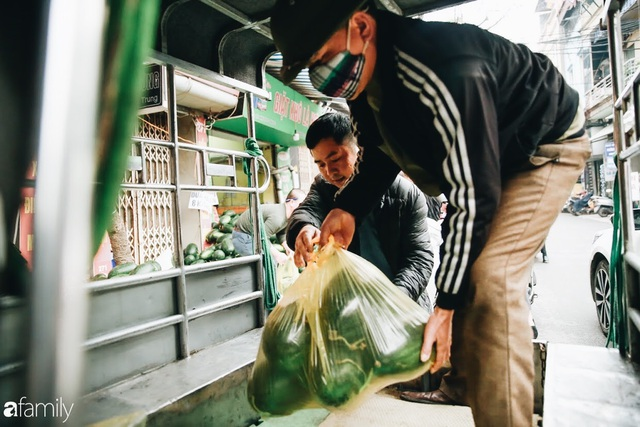 Sống đẹp như người Hà Nội: Dù đang căng thẳng dịch Corona nhưng vẫn đeo khẩu trang đi giải cứu dưa hấu của nông dân vì dịch bệnh mà không được xuất khẩu - Ảnh 13.