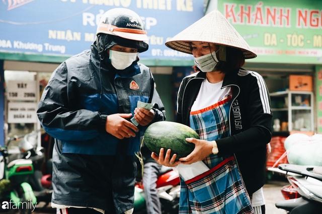 Sống đẹp như người Hà Nội: Dù đang căng thẳng dịch Corona nhưng vẫn đeo khẩu trang đi giải cứu dưa hấu của nông dân vì dịch bệnh mà không được xuất khẩu - Ảnh 14.