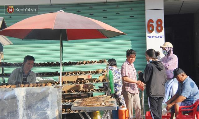 2.000 con cá lóc nướng bán sạch trong một buổi sáng, nhiều gia đình ở Sài Gòn kiếm tiền khủng trong ngày vía Thần tài - Ảnh 16.