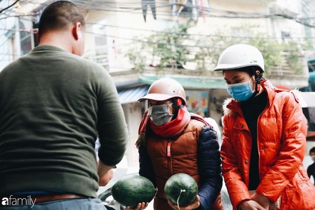 Sống đẹp như người Hà Nội: Dù đang căng thẳng dịch Corona nhưng vẫn đeo khẩu trang đi giải cứu dưa hấu của nông dân vì dịch bệnh mà không được xuất khẩu - Ảnh 17.