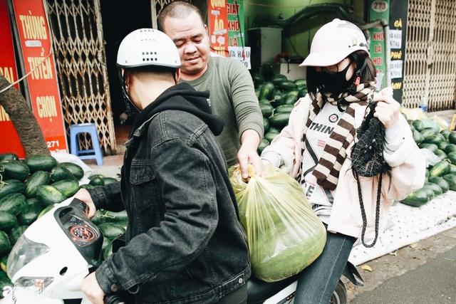 Sống đẹp như người Hà Nội: Dù đang căng thẳng dịch Corona nhưng vẫn đeo khẩu trang đi giải cứu dưa hấu của nông dân vì dịch bệnh mà không được xuất khẩu - Ảnh 18.