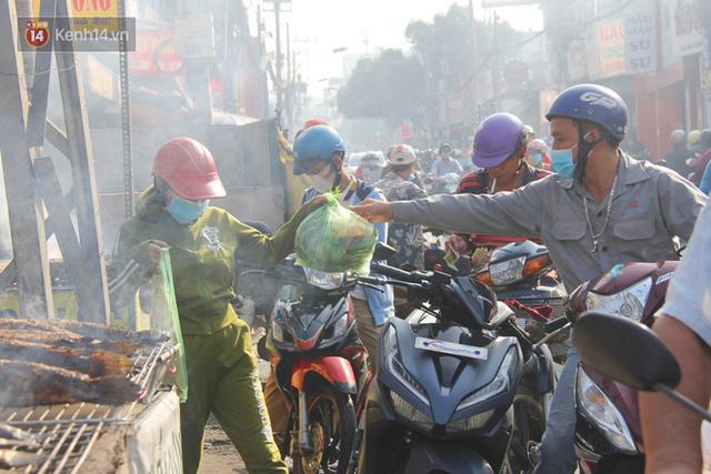 2.000 con cá lóc nướng bán sạch trong một buổi sáng, nhiều gia đình ở Sài Gòn kiếm tiền khủng trong ngày vía Thần tài - Ảnh 3.