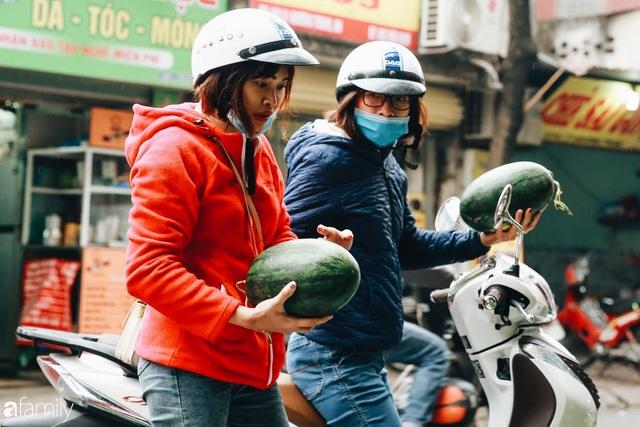 Sống đẹp như người Hà Nội: Dù đang căng thẳng dịch Corona nhưng vẫn đeo khẩu trang đi giải cứu dưa hấu của nông dân vì dịch bệnh mà không được xuất khẩu - Ảnh 4.