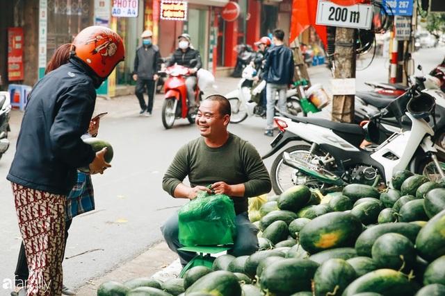 Sống đẹp như người Hà Nội: Dù đang căng thẳng dịch Corona nhưng vẫn đeo khẩu trang đi giải cứu dưa hấu của nông dân vì dịch bệnh mà không được xuất khẩu - Ảnh 5.