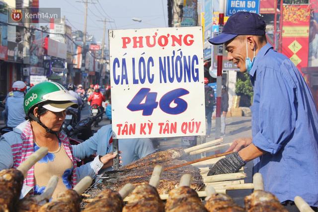 2.000 con cá lóc nướng bán sạch trong một buổi sáng, nhiều gia đình ở Sài Gòn kiếm tiền khủng trong ngày vía Thần tài - Ảnh 6.
