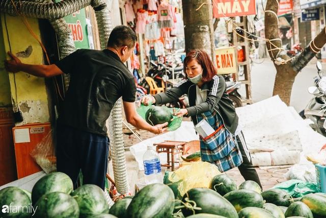 Sống đẹp như người Hà Nội: Dù đang căng thẳng dịch Corona nhưng vẫn đeo khẩu trang đi giải cứu dưa hấu của nông dân vì dịch bệnh mà không được xuất khẩu - Ảnh 6.