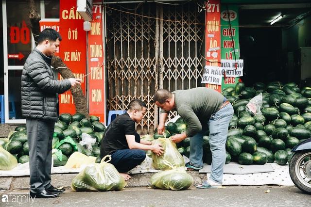 Sống đẹp như người Hà Nội: Dù đang căng thẳng dịch Corona nhưng vẫn đeo khẩu trang đi giải cứu dưa hấu của nông dân vì dịch bệnh mà không được xuất khẩu - Ảnh 7.