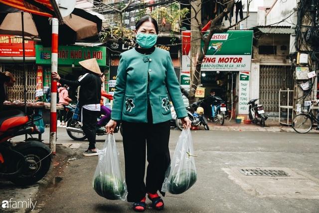 Sống đẹp như người Hà Nội: Dù đang căng thẳng dịch Corona nhưng vẫn đeo khẩu trang đi giải cứu dưa hấu của nông dân vì dịch bệnh mà không được xuất khẩu - Ảnh 8.