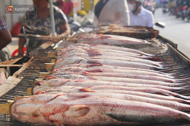 2.000 con cá lóc nướng bán sạch trong một buổi sáng, nhiều gia đình ở Sài Gòn kiếm tiền khủng trong ngày vía Thần tài - Ảnh 9.
