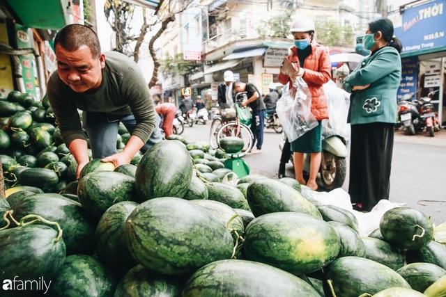Sống đẹp như người Hà Nội: Dù đang căng thẳng dịch Corona nhưng vẫn đeo khẩu trang đi giải cứu dưa hấu của nông dân vì dịch bệnh mà không được xuất khẩu - Ảnh 9.