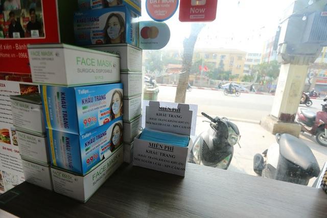 Dịch Corona: Sự khác biệt giữa những hộp khẩu trang giá 5,5 triệu đồng và 0 đồng ở Hà Nội - Ảnh 10.