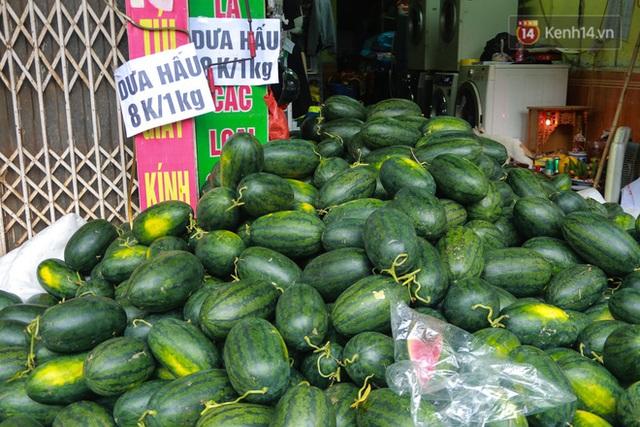 Không thể xuất khẩu do virus corona, dưa hấu được mang về thủ đô giải cứu với mức giá siêu rẻ 8.000 đồng/kg - Ảnh 2.