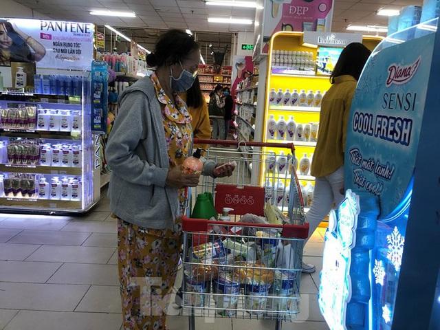 Trữ thức ăn trước dịch corona, nhiều siêu thị hết veo thực phẩm - Ảnh 1.