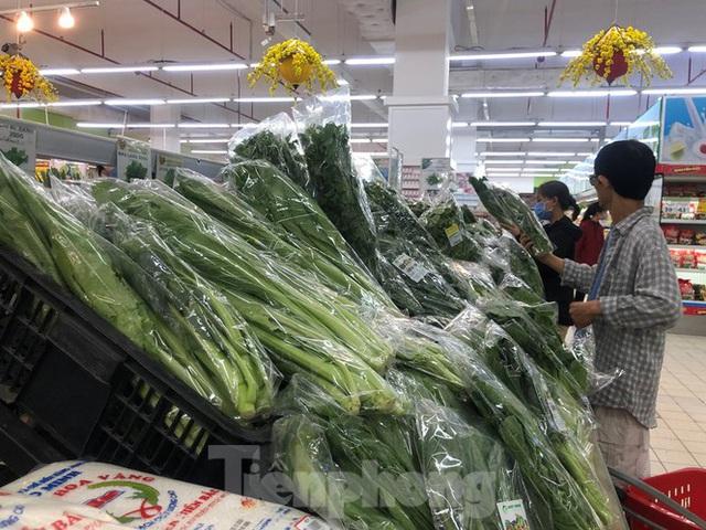 Trữ thức ăn trước dịch corona, nhiều siêu thị hết veo thực phẩm - Ảnh 2.