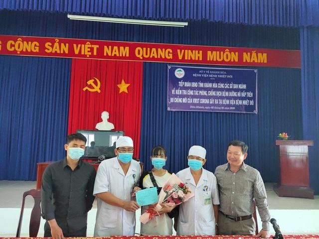 Khánh Hòa: Niềm vui vỡ òa của nữ lễ tân nhiễm virus corona được xuất viện  - Ảnh 2.
