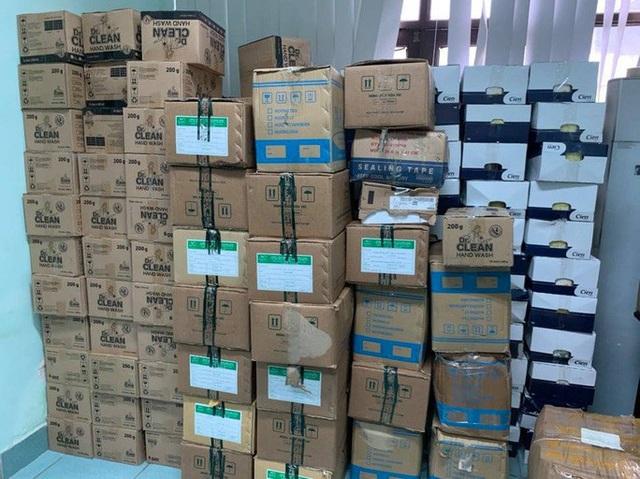 Phát hiện cơ sở buôn bán hàng ngàn khẩu trang cao cấp 3D Mask và nước rửa tay giả - Ảnh 1.