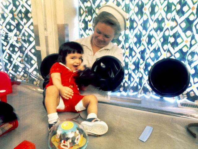 Cậu bé bong bóng: Suốt 12 năm sống tách biệt trong không gian vô trùng, đến phút cuối mới được chạm vào mẹ rồi qua đời - Ảnh 11.
