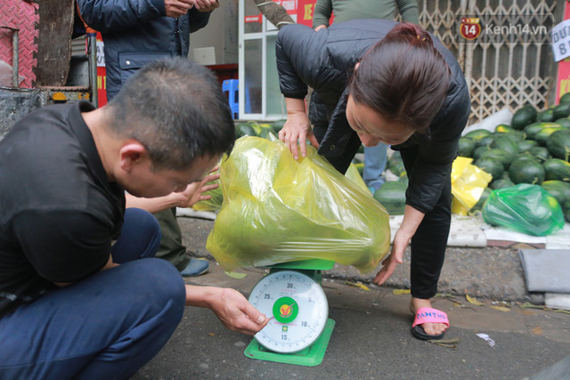 Không thể xuất khẩu do virus corona, dưa hấu được mang về thủ đô giải cứu với mức giá siêu rẻ 8.000 đồng/kg - Ảnh 11.