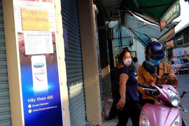 TP.HCM: Sợ nhiễm virus corona, hàng trăm người dân xếp hàng rồng rắn mua khẩu trang nhưng thất vọng vì hết sạch - Ảnh 11.