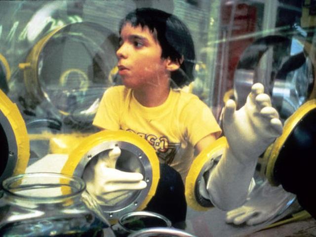 Cậu bé bong bóng: Suốt 12 năm sống tách biệt trong không gian vô trùng, đến phút cuối mới được chạm vào mẹ rồi qua đời - Ảnh 13.