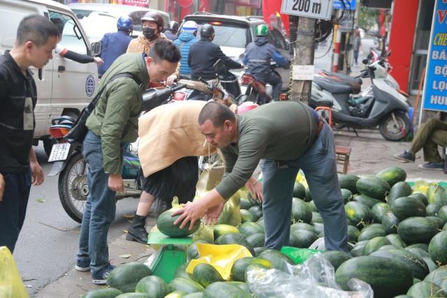 Không thể xuất khẩu do virus corona, dưa hấu được mang về thủ đô giải cứu với mức giá siêu rẻ 8.000 đồng/kg - Ảnh 13.
