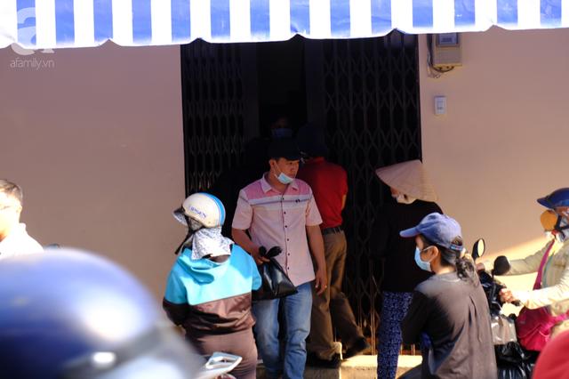 TP.HCM: Sợ nhiễm virus corona, hàng trăm người dân xếp hàng rồng rắn mua khẩu trang nhưng thất vọng vì hết sạch - Ảnh 14.