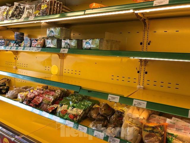 Trữ thức ăn trước dịch corona, nhiều siêu thị hết veo thực phẩm - Ảnh 17.
