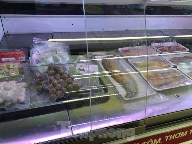 Trữ thức ăn trước dịch corona, nhiều siêu thị hết veo thực phẩm - Ảnh 18.
