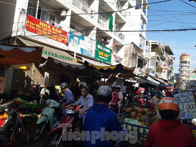 Trữ thức ăn trước dịch corona, nhiều siêu thị hết veo thực phẩm - Ảnh 19.