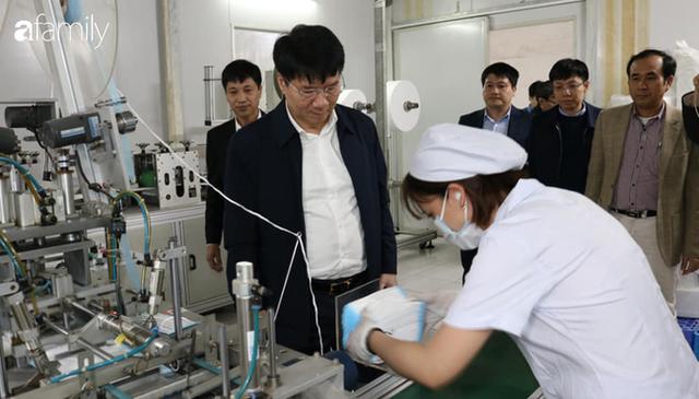 Bộ Y tế kiểm tra, làm việc trực tiếp với các cơ sở sản xuất vật tư y tế trước tình trạng khan hiếm khẩu trang - Ảnh 3.