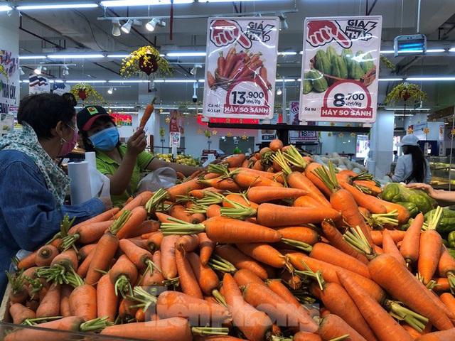 Trữ thức ăn trước dịch corona, nhiều siêu thị hết veo thực phẩm - Ảnh 4.