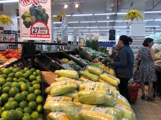 Trữ thức ăn trước dịch corona, nhiều siêu thị hết veo thực phẩm - Ảnh 5.
