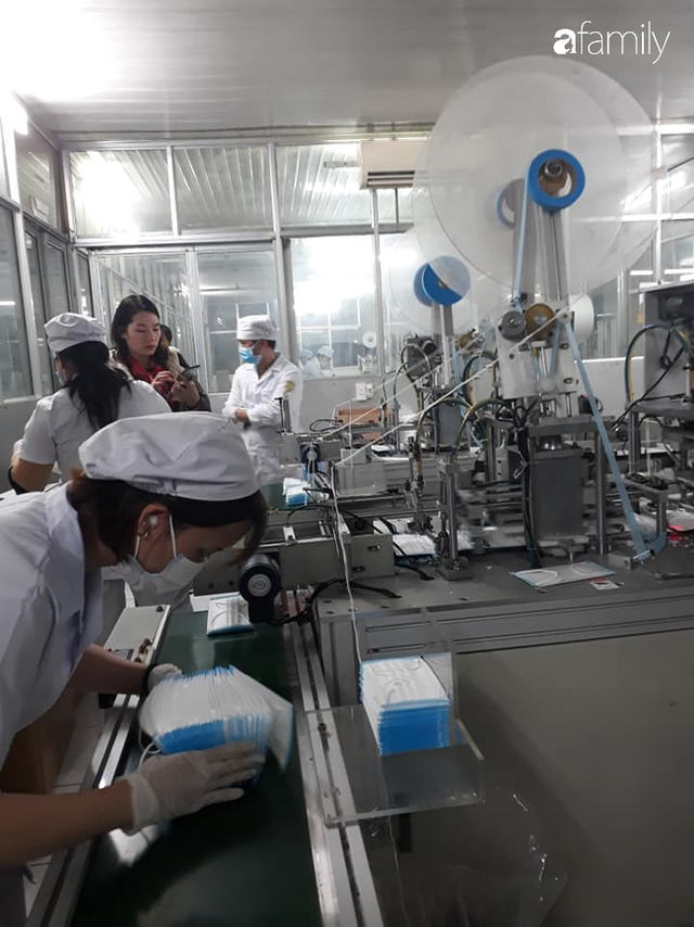 Bộ Y tế kiểm tra, làm việc trực tiếp với các cơ sở sản xuất vật tư y tế trước tình trạng khan hiếm khẩu trang - Ảnh 6.