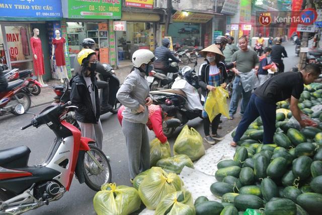 Không thể xuất khẩu do virus corona, dưa hấu được mang về thủ đô giải cứu với mức giá siêu rẻ 8.000 đồng/kg - Ảnh 7.